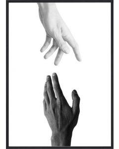 Poster 50x70 B&W Hands Reach (planpackad)